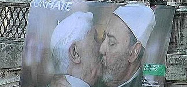 Papa besa a Iman